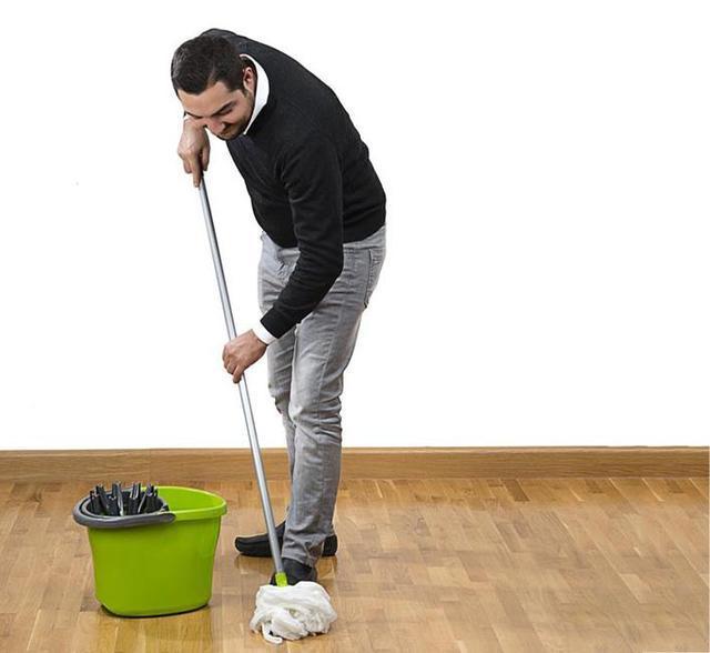 地板拖不干净?在水里加点料,不但拖地轻松还干净光亮