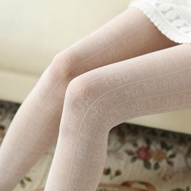 有一条时尚的打底裤袜,春季穿短裙也不怕腿凉了