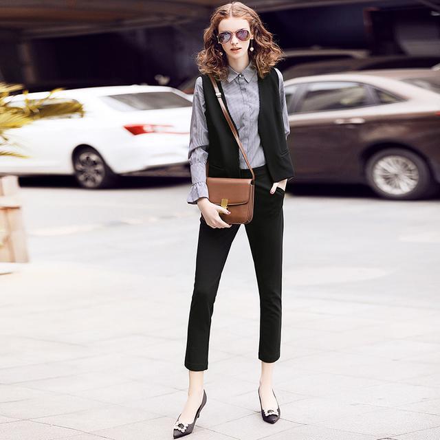 条纹衬衣+马甲+黑色小脚裤时尚套装