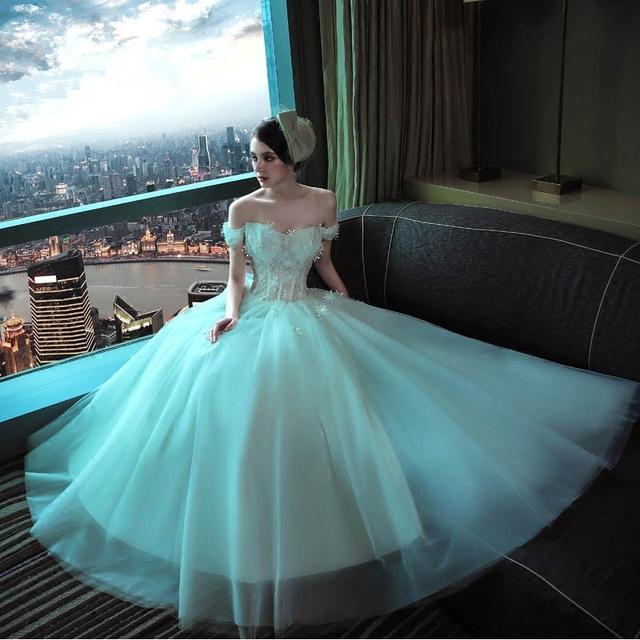 一字肩小花朵婚纱