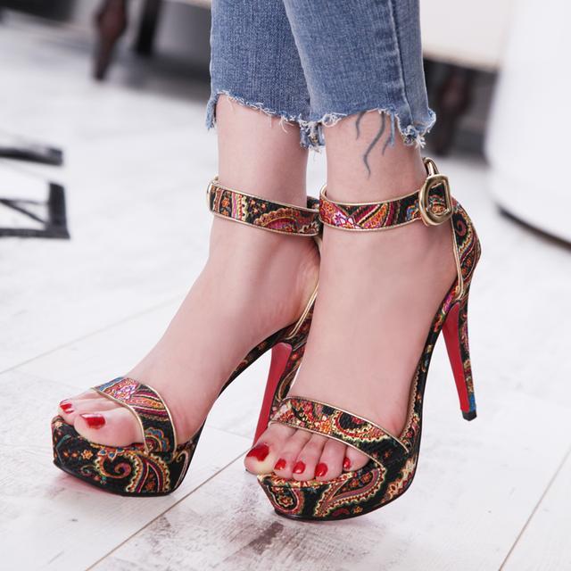 民族风花纹凉鞋