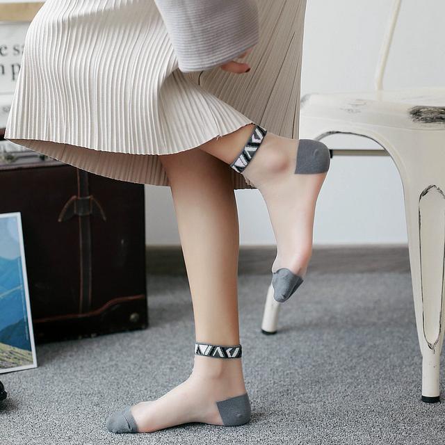 船袜早已过时,今年夏天流行穿玻璃袜,上脚简直美翻了