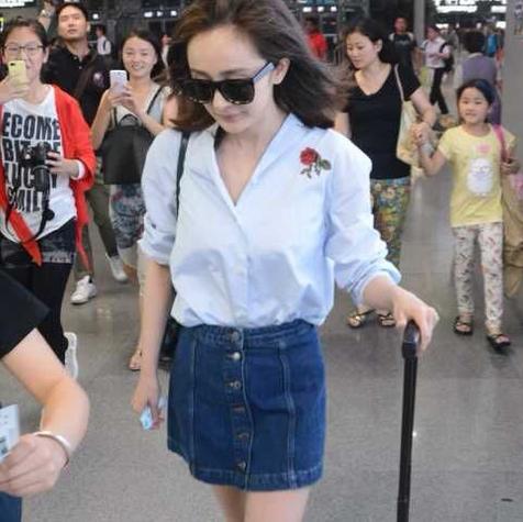 今年7月大火的牛仔半裙,活泼俏皮,原来杨幂早就在穿了