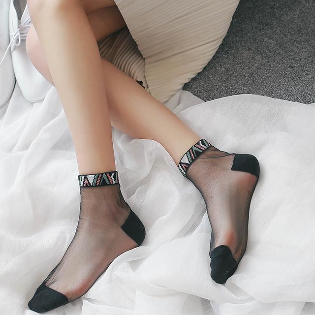 现在少女们的袜子可真高级,穿了像没穿的,还很时髦,尤其第3款