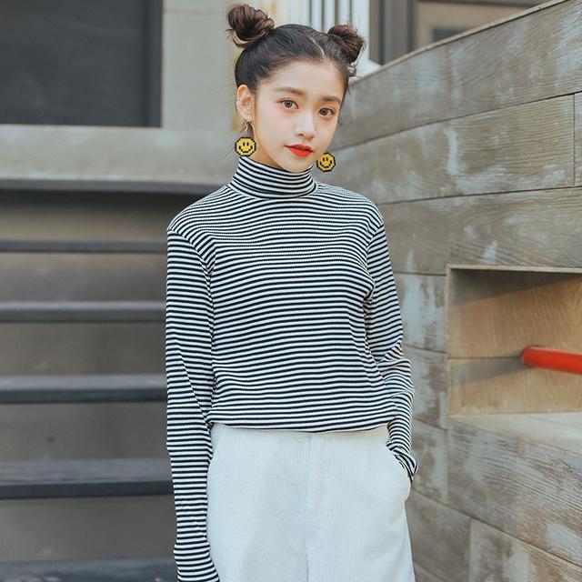 小高领黑白条纹衫
