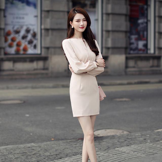 买件秋季新款连衣裙,才能符合立秋的气质,让你走在时尚前端
