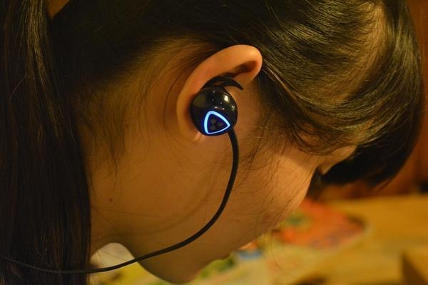 399元无线双耳蓝牙耳机+座充+充2.5小时,听歌十小时
