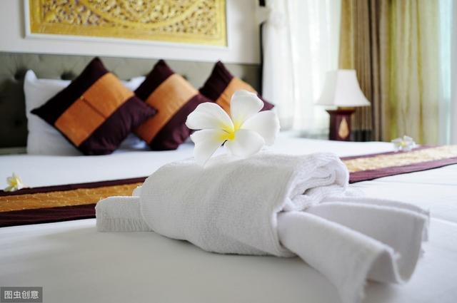 为什么酒店的单人床要放2个枕头,到底有什么用处?用来垫的