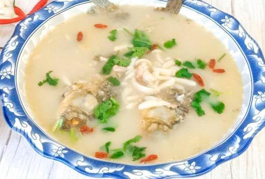 炖鱼时,教你一招去腥妙招,只需加一勺此料,鱼肉鲜美腥味全无