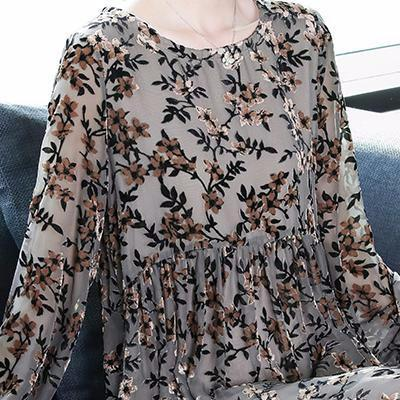 在机场,被65岁妈妈吸引了,一件连衣裙,时髦洋气,又减龄
