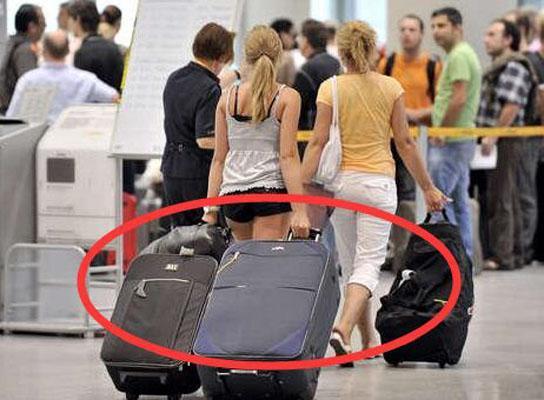 出国旅游才发现,旅游谁还带拉杆箱啊,瞧瞧欧洲人这样弄,绝了