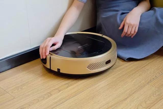 懒女人还在为做家务而愁?换上这款智能机器人,让做清洁成为乐趣