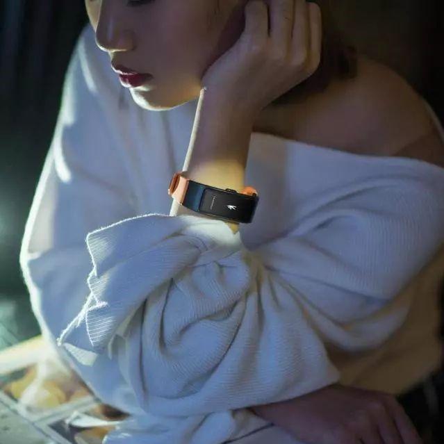 """华为厉害了!首款智能蓝牙手环来袭,戴在手腕上的的""""移动电话"""""""