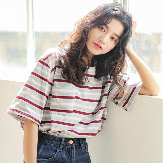 短袖的季节,穿上时尚个性的T恤,美的率真可爱!