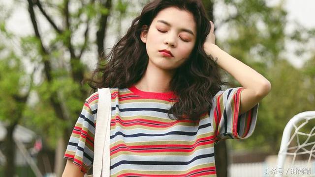 一件普通的条纹T恤,也可以让女人变的很时尚