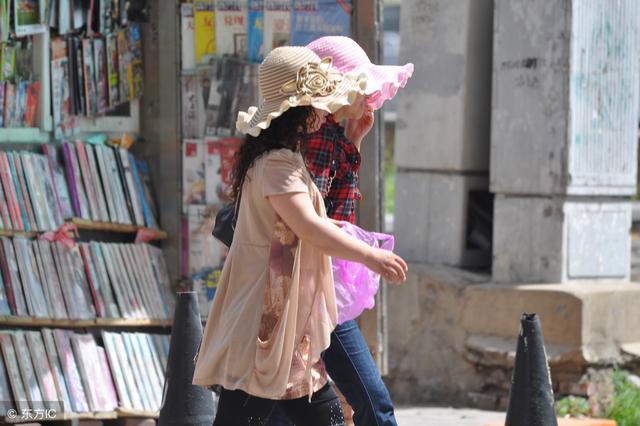 """懒女人三伏天只爱""""折折帽"""",包里一塞轻松出门,比防晒霜管用"""