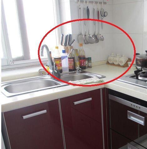 还在墙上打孔?免打孔厨房置物架问世,轻松告别收纳烦恼
