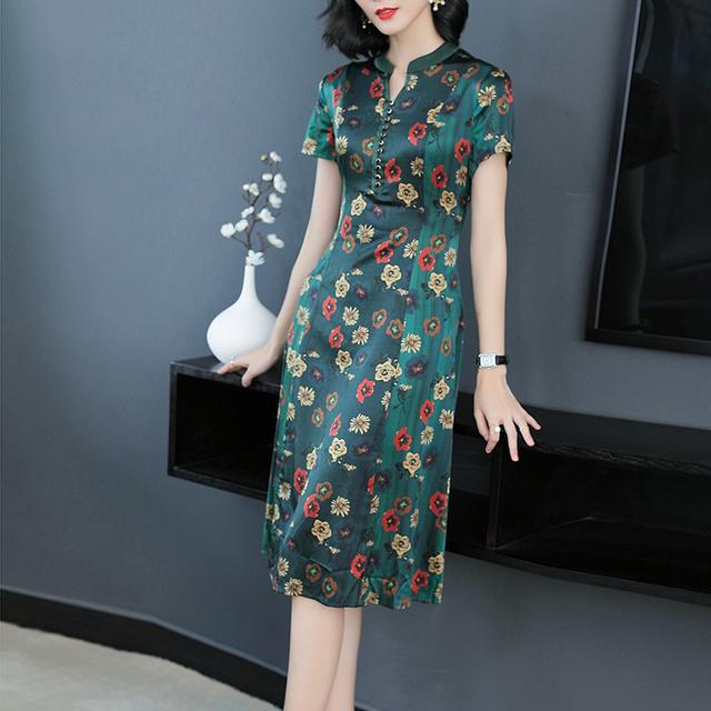 妈妈出门,穿杭派真丝连衣裙,精致洋气,把路人美得一愣一愣的