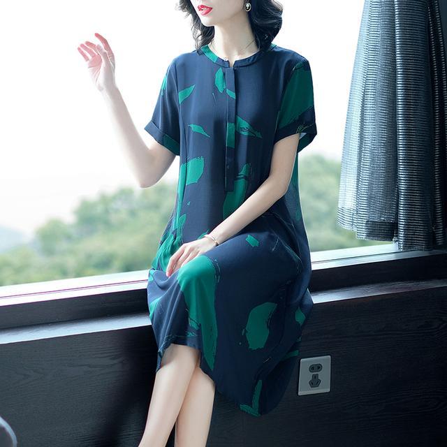 人到中年拒绝花花绿绿,真丝连衣裙,让52岁妈妈减龄又优雅