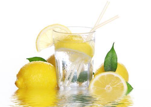 常喝柠檬水有6大功效和作用,喝柠檬水时应注意什么?