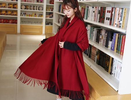 冬天怕脖子冷,围巾配风衣,出门戴上美的优雅动人,露出女神韵味