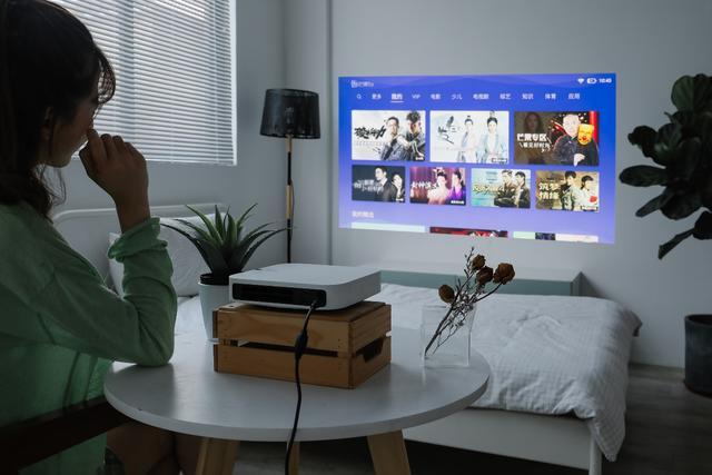 """暑假娱乐指南:教你如何在家打造自己的""""私人影院"""""""
