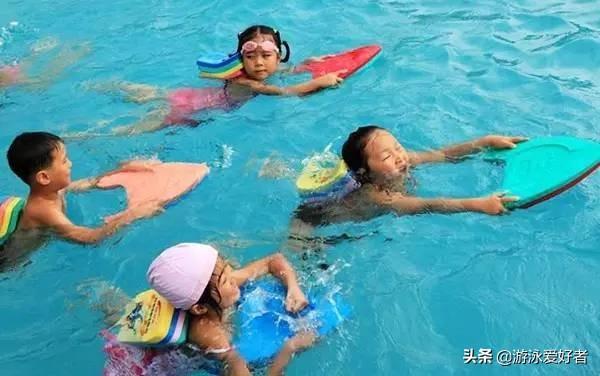 游泳时遇到突发情况,我们该怎么办?