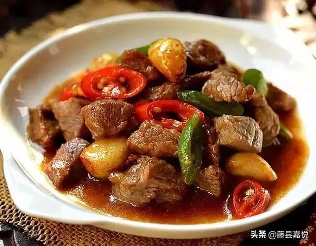 鲜嫩多汁的小炒,蒜香牛肉粒的做法!炒牛肉加上白酒一起肉真的嫩