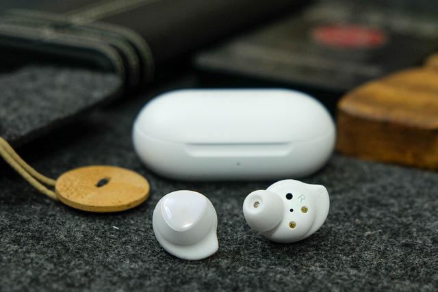 三星GalaxyBuds真无线耳机:轻巧便携,音质出色,支持无线充电
