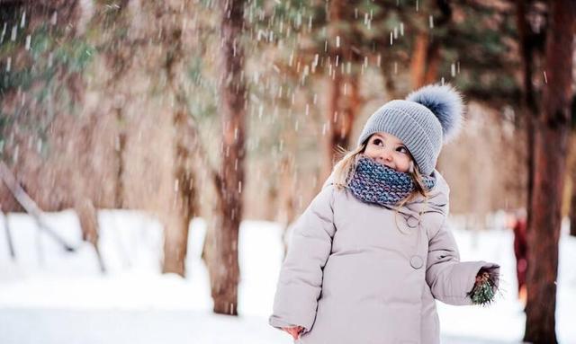 """初冬已临近,奶奶把宝宝包成""""小粽子"""",成功的给捂感冒了"""
