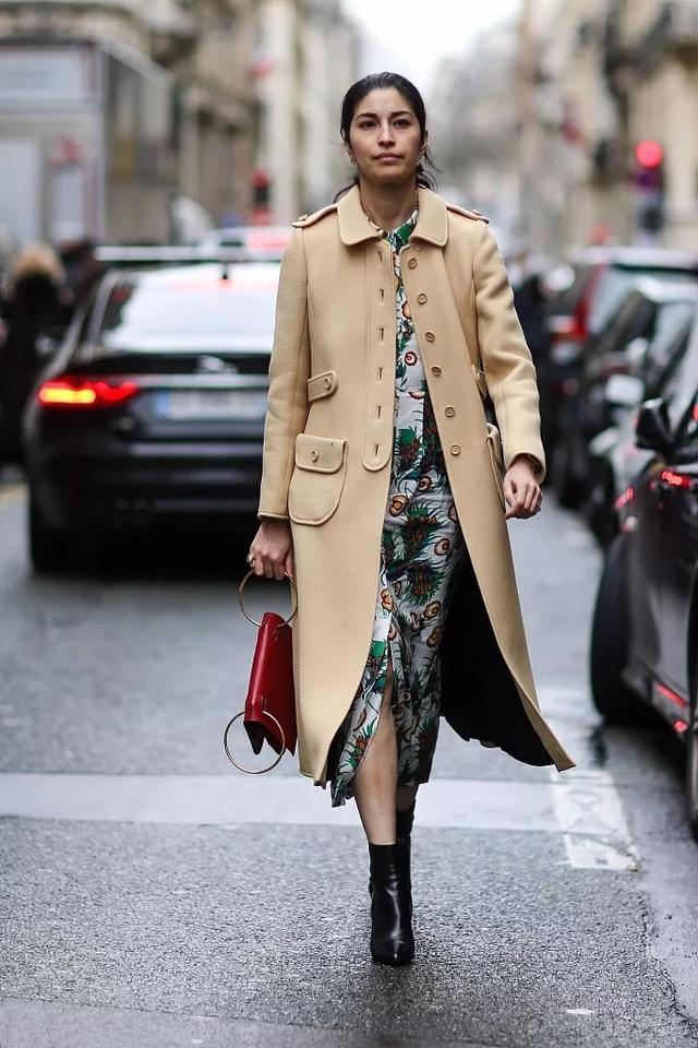 别拿小白鞋搭大衣了,今年流行的3双鞋,时髦高级,和大衣更相配