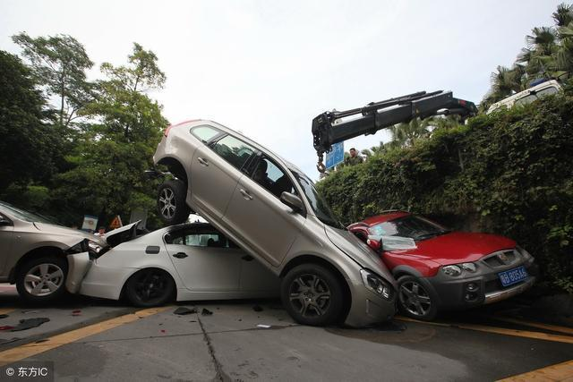 """倒车影像落伍了,换上""""轮胎镜"""",清晰无盲区,女司机一分钟入库"""