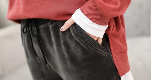 去年的裤子可以丢了,今年流行的女裤是这样的,洋气温暖还显瘦