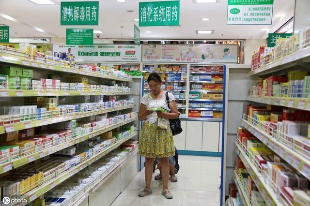"""76岁退休女郎中泄密:药店一""""碱性药膏,用了眼袋、眼纹不找你"""
