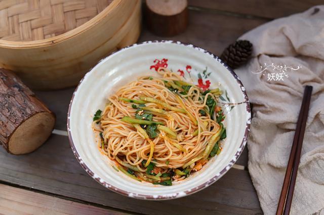 不炒也不蒸,美味!十分钟就能做一碗,天气越热这碗面越受欢迎