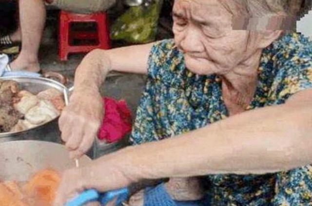 """8旬老奶奶街头卖""""大乱炖"""",20元1份有点贵,食客:良心食材"""