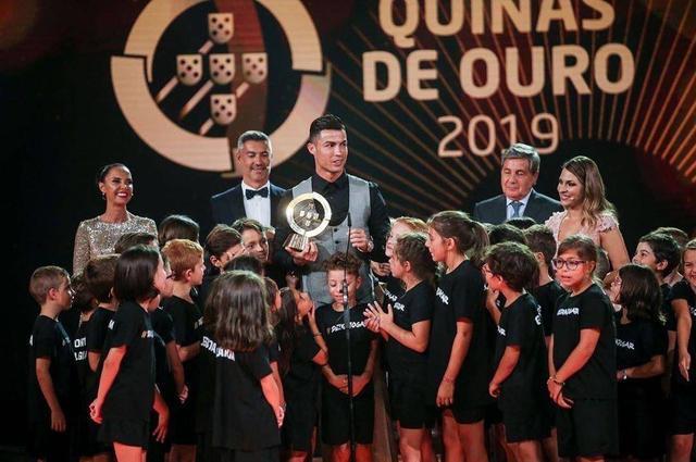 C罗再夺葡萄牙足球先生,自律训练造就迷人身材