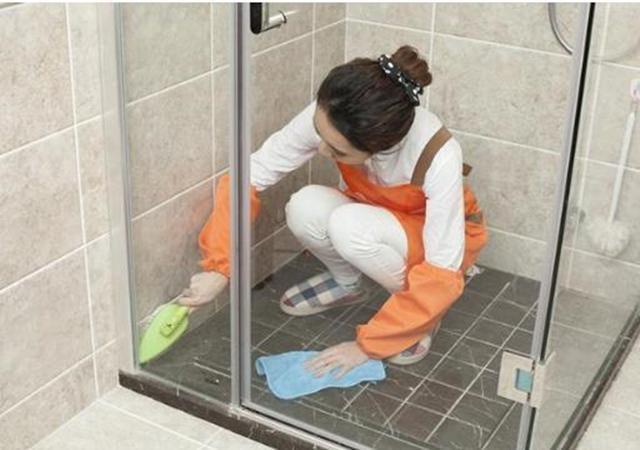 家里瓷砖脏了,别拿钢丝球擦!教你这样做,地面缝隙恢复如初