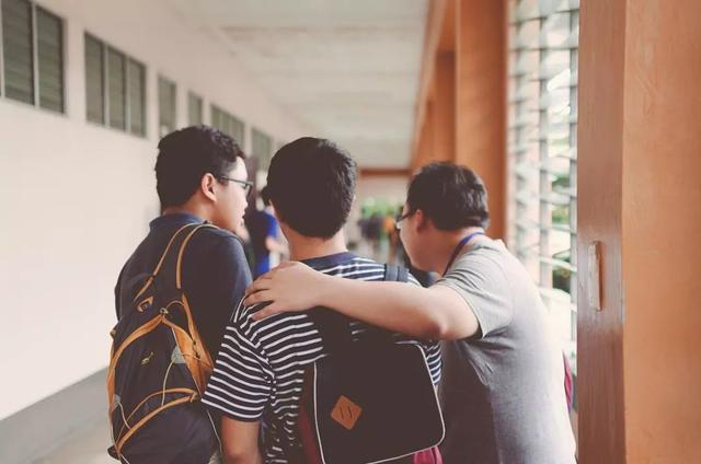 大学男生宿舍友谊:要么英雄联盟,要么绝地求生?
