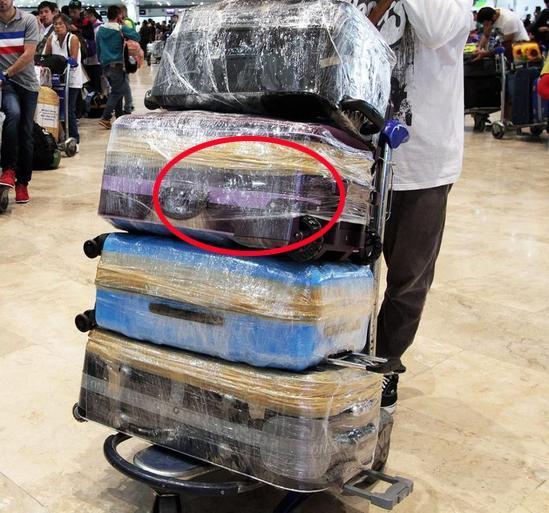 出国旅游才发现,旅游带拉杆箱太傻!瞧瞧外国人这奇招,开眼界了