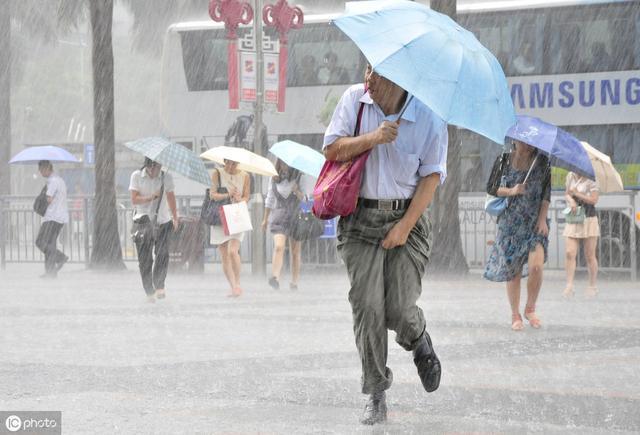 下雨天打伞还会被淋湿?建议大家这样做,方便更实用