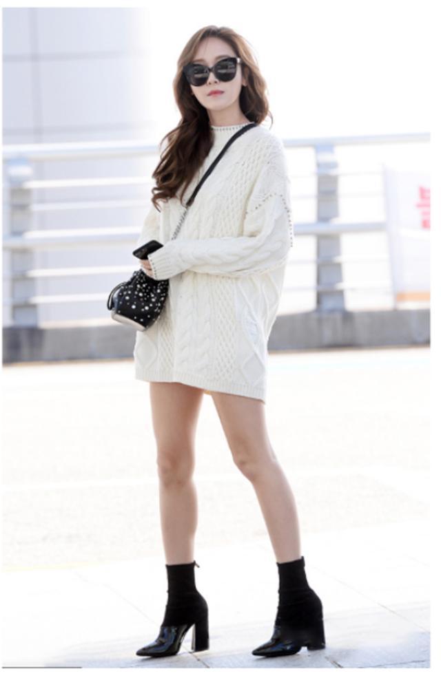"""怪不得女人都不穿卫衣了!今年最流行的是""""毛衣衫"""",遮肉又洋气"""