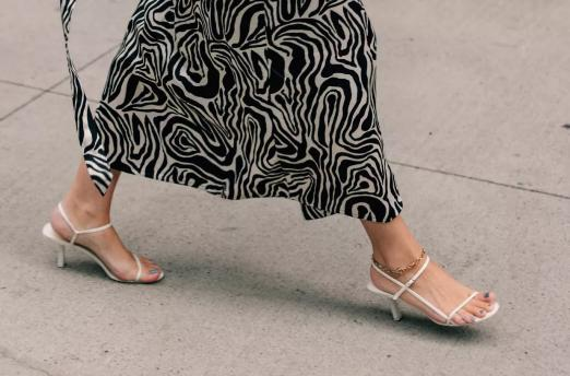 去年的凉鞋别穿了!今夏流行这4双凉鞋,洋气又不磨脚