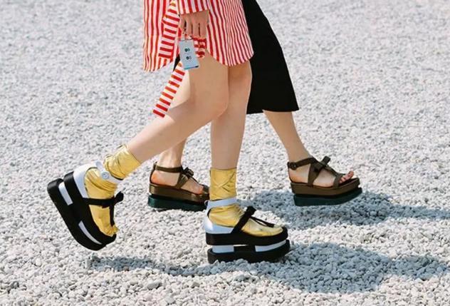 """夏天穿""""裙子""""千万别配这3双鞋,显胖又俗气,别说我没告诉你"""