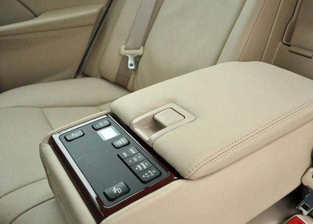 """建议私家车车主:把扶手箱拆掉,换上这些""""巧物"""",那叫一个实用"""