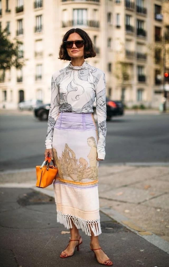 女人过了40岁应少穿裤装,多穿这4款裙子,优雅知性还遮肉