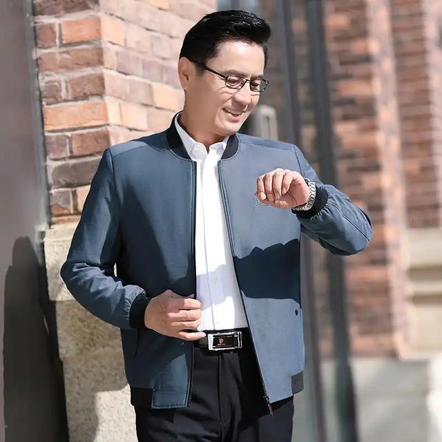 男人四五十岁,有一点钱!建议在春天穿这件薄外套,气派显年轻