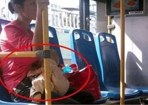 年轻妈妈公交车掀衣哺乳,被老大爷骂太差劲,妈妈起身反怼赢支持
