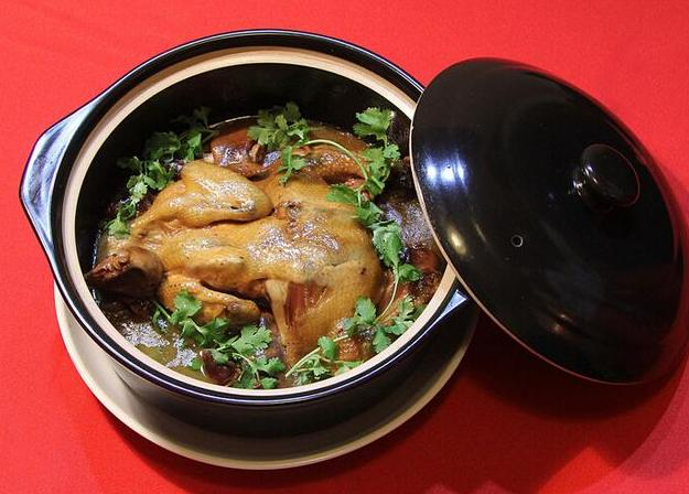 家常美味营养十足,红煨八宝鸡色泽红亮,十足的下饭