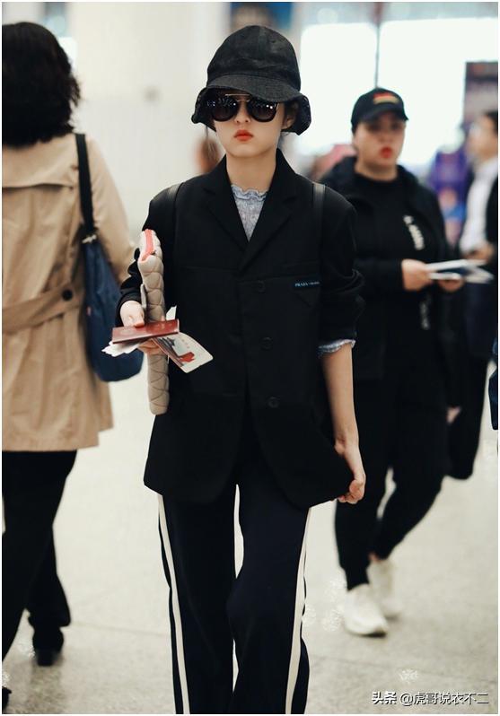 张子枫一身黑色混搭风,穿出大牌范,黑色渔夫帽+墨镜真的好酷